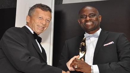L-R, Greg Williams, Manager, Business Development, Paints and Coatings Manufacturers Nigeria Plc. (PCMN) handing over Airtel's award as Best Company in Education CSR to Segun Ogunsanya, Managing Director and Chief Executive Officer, Airtel Nigeria, at The SERAs Awards 2014 held in Lagos on Saturday.